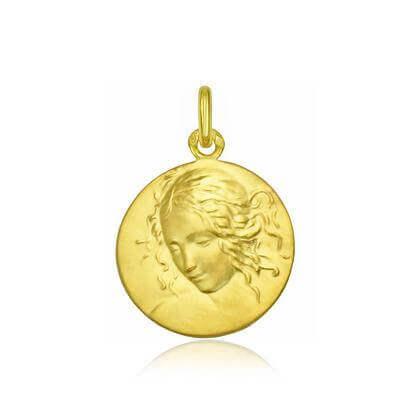 La médaille de la Vierge en or par Arthus Bertrand figure parmi les bijoux incontournables pour bébé !